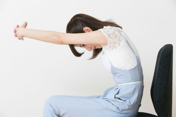 Shoulder Stretches at Desk☆5 Reviving Workouts at Work